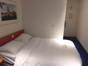 A bed or beds in a room at Fletcher Resort-Hotel Zutphen