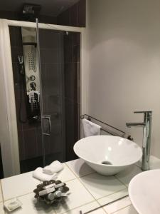 A bathroom at Auberge Du Lac