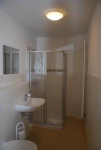 A bathroom at EVITA Forum Demen