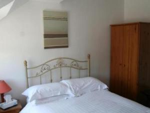 A bed or beds in a room at Beverley Inn & Hotel