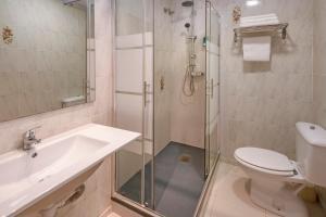 Un baño de Hotel Niza
