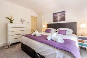 A bed or beds in a room at Farningham Road - 2 Bedrooms - Guest Homes
