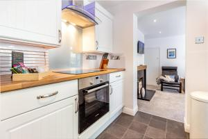 A kitchen or kitchenette at Farningham Road - 2 Bedrooms - Guest Homes