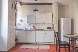 A kitchen or kitchenette at Na Jordana Flat