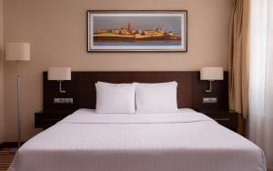 Кровать или кровати в номере Courtyard by Marriott Kazan Kremlin