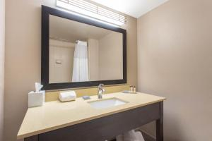 A bathroom at Wingate by Wyndham Indianapolis Airport Plainfield