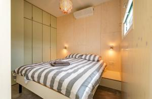 A bed or beds in a room at De Lepelaar
