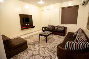 Uma área de estar em Raha Hotel Suites
