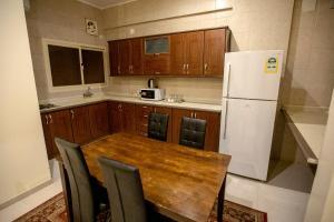 A cozinha ou cozinha compacta de Raha Hotel Suites