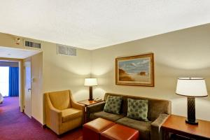 A seating area at Embassy Suites Orlando - North