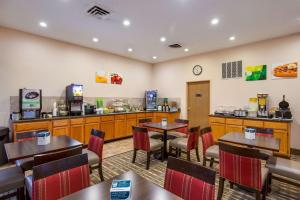 A restaurant or other place to eat at Quality Inn I-70 Near Kansas Speedway
