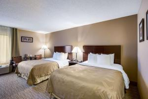 A bed or beds in a room at Quality Inn I-70 Near Kansas Speedway