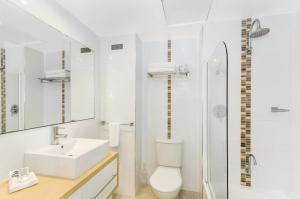 A bathroom at Aquarius On The Beach