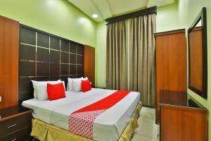 سرير أو أسرّة في غرفة في قصر اليمامة للاجنحة الفندقية-فرع الحزم
