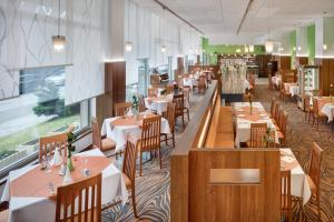 A restaurant or other place to eat at Avanti Hotel