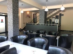 The lounge or bar area at Pensiunea Platinum