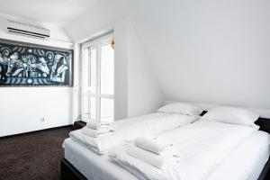 A bed or beds in a room at Apartments Wrocław Manganowa by Renters