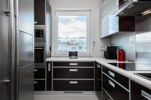 A kitchen or kitchenette at Apartments Wrocław Manganowa by Renters