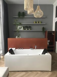 A bathroom at Fitz Roy Urban Hotel, Bar and Garden