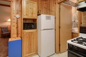 A kitchen or kitchenette at 43R Edna's Hearts Desire
