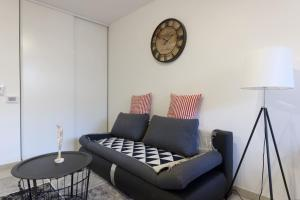 A seating area at Appart climatisé - Parking gratuit - Balcon - CAPTURA