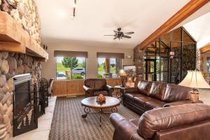 A seating area at MountainView Lodge and Suites