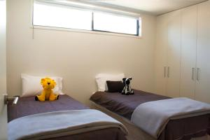 A bed or beds in a room at Bonnie's at Barwon