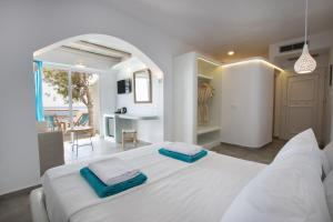 A bed or beds in a room at Poseidon Blue