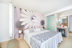سرير أو أسرّة في غرفة في بارسيلو إليتاس ألباتروس للبالغين فقط