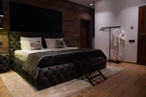 Un pat sau paturi într-o cameră la The Residence Central Jacuzzi Boutique (Adult Only)