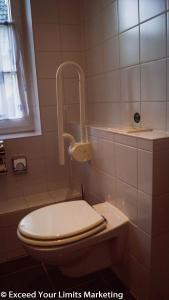 A bathroom at Hotel Zwei Länder