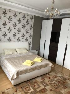A bed or beds in a room at Coliseum Apartament Modern