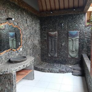A bathroom at Hibiscus House Pemuteran Bali
