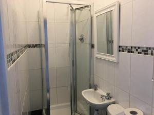 A bathroom at Bourton House