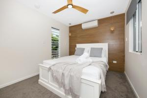 A bed or beds in a room at Cosy 2 bedroom home