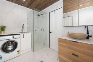 A bathroom at Cosy 2 bedroom home