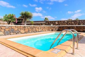 Het zwembad bij of vlak bij El Caserío de Güime
