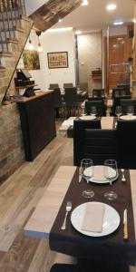 A restaurant or other place to eat at Hotel Restaurante Oviedo