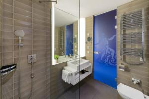 A bathroom at Hotel Moments Budapest