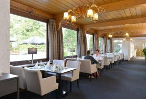 A restaurant or other place to eat at relexa Waldhotel Schatten