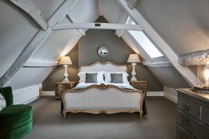 A bed or beds in a room at New Inn at Coln