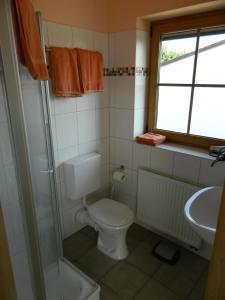 A bathroom at Gästehaus Borniger