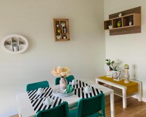 A restaurant or other place to eat at Brickyard Apartments Cluj