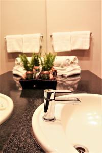 A bathroom at Mantenga Lodge