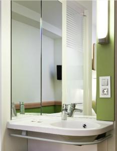 A bathroom at ibis budget Bradford