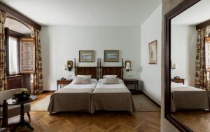 A bed or beds in a room at Parador de Pontevedra