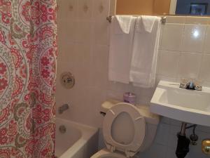 Un baño de Niagara Inn & Suites