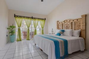 A bed or beds in a room at Casa María Resort