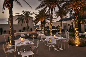 A restaurant or other place to eat at Sikelia Luxury Hotel