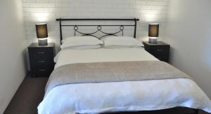 A bed or beds in a room at Healesville Maroondah View Motel